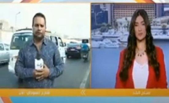 مذيع يتعرض لحادث سير على الهواء مباشرة.. شاهدوا ماذا جرى (فيديو)
