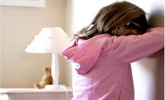 اسيوي يلاحق طفلة إلى منزلها ويلامس أماكن خاصة بجسدها