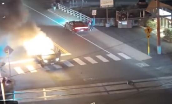 رجل شجاع ينقذ شخصا انفجرت سيارته فجأة
