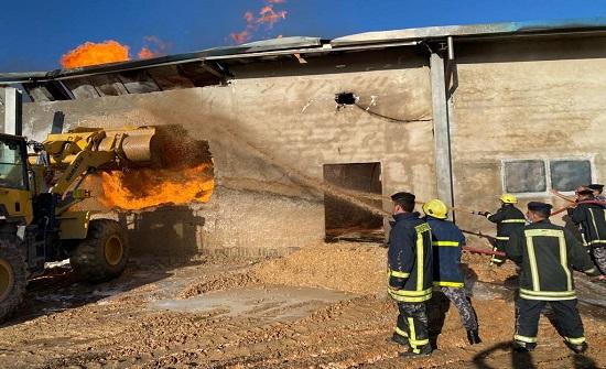اخماد حريق داخل مستودع تابع لأحد المصانع في إربد