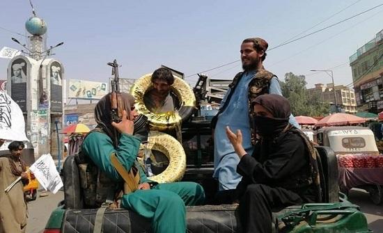 عقوبة لافتة لسارق إطارات في أفغانستان (صور)