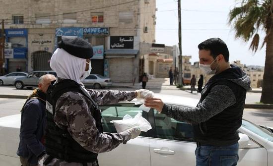 قوات الدرك توزع الكمامات على المواطنين في الكرك