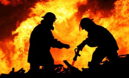 الدفاع المدني يخمد حريق على امتداد الشريط الغوري