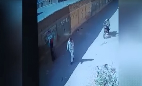 فيديو لإحباط محاولة اختطاف رضيع مصري من يدي أمه – (شاهد)