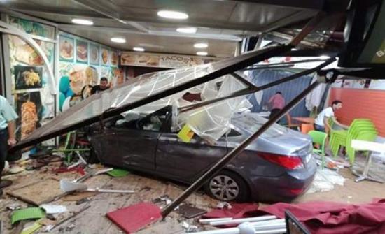 فيديو : لحظة اقتحام سيارة لأحد مطاعم الوجبات السريعة بمدينة مراكش المغربية
