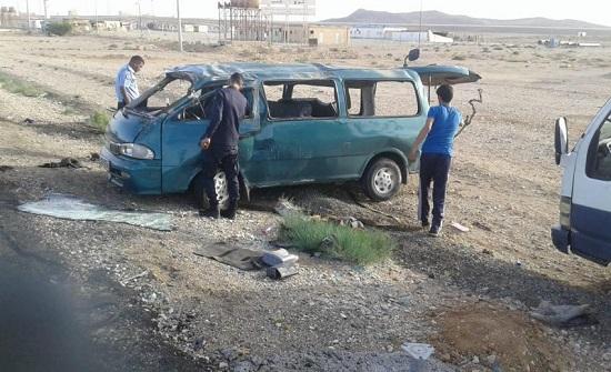 بالصور : وفاتان و3 اصابات بتدهور مركبة على الطريق الصحراوي