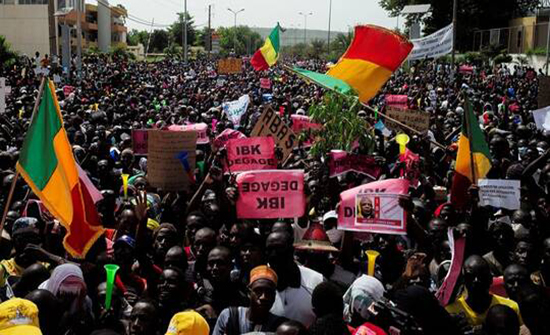 توقف بث التلفزيون الرسمي في مالي بعد اقتحام مئات المتظاهرين لمقره .. بالفيديو