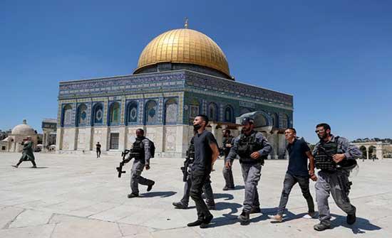 إصابات واعتقالات بين المصلين.. قوات الاحتلال تقتحم ساحات الأقصى وتقمع مسيرة مناصرة للرسول
