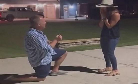 امريكا :  يتقدم للزواج من حبيبته أمام منزلهما المحترق