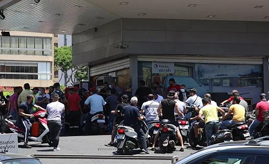 فيديو : لبناني يتنكر في زي امرأة للحصول على الوقود