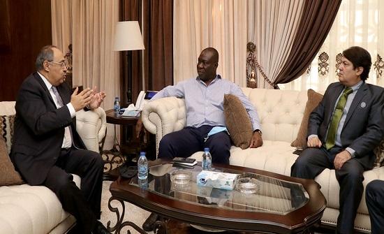 العين دودين يستعرض لنظيريه الباكستاني والنيجيري أبرز اجراءات الانتخابات النيابية