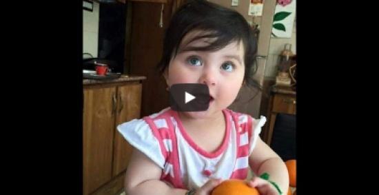 """طفلة ملائكية تتعلم من أمها الدعاء """" فيديو """""""