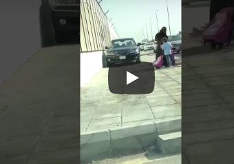 شاهد: قائد سيارة يعتلي الرصيف بسيارته ويفاجأ امرأة وطفليها