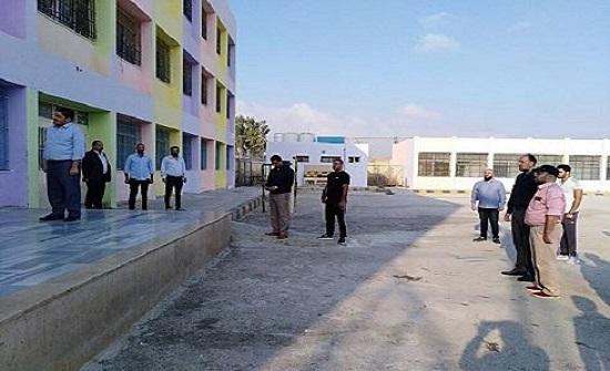 المعلمون يواصلون إضرابهم داخل المدارس وطلبة يعودون الى منازلهم