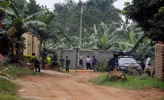 زعيم المعارضة الأوغندية يهرب من جنود الحكومة بعد محاصرته .. بالفيديو