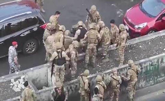 شاهد: اعتقال متظاهر لبناني والاعتداء عليه من قبل قوات الجيش