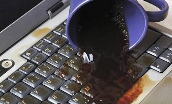 ماذا تفعل إذا انسكبت السوائل على كمبيوترك؟