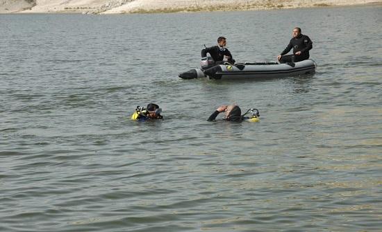 قوارب الدفاع المدني تنقذ شخصا تعرض للغرق في البحر الميت