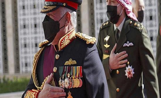 الملك يصل إلى ميدان الراية بالديوان الملكي الهاشمي محاطاً بالموكب الأحمر