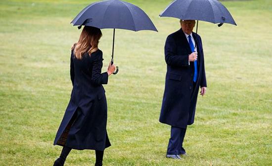 بالفيديو : الرئيس الأمريكي يضع زوجته في موقف محرج