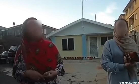 عنف وعنصرية من شرطة أستراليا تجاه امرأتين مسلمتين (فيديو)