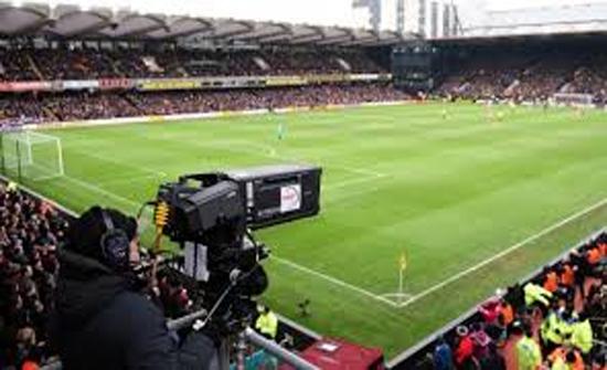شاهد : كاميرات مباراة كرة قدم تفضح خيانة زوج لزوجته في الإكوادور