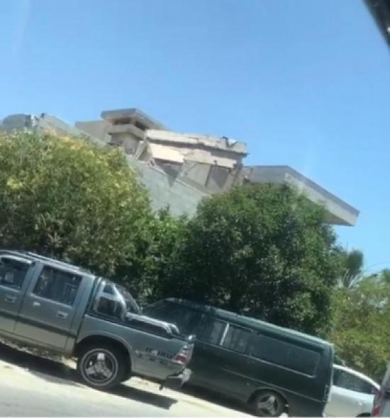انهيار سقف مبنى على وافد عربي