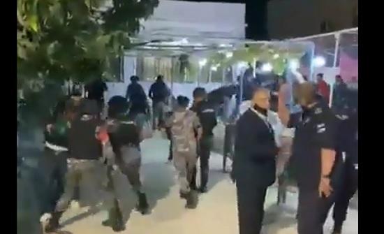 بالفيديو  : الأمن يشدد قبضته ويلاحق مخالفي الحظر ومطلقي النار في المحافظات