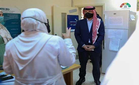 ولي العهد يزور نقطة تطعيم في حدائق الحسين .. بالفيديو