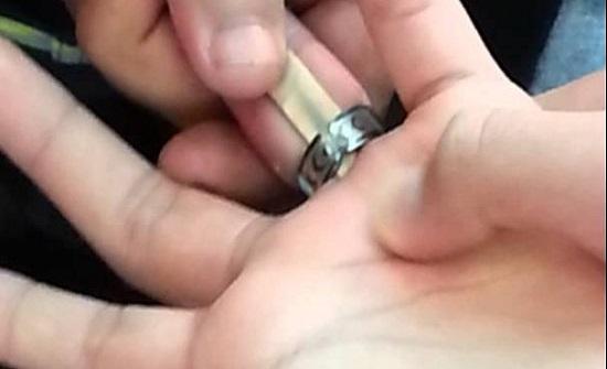 تحرير يد شخص علق في أحد أصابعه خاتم في اربد