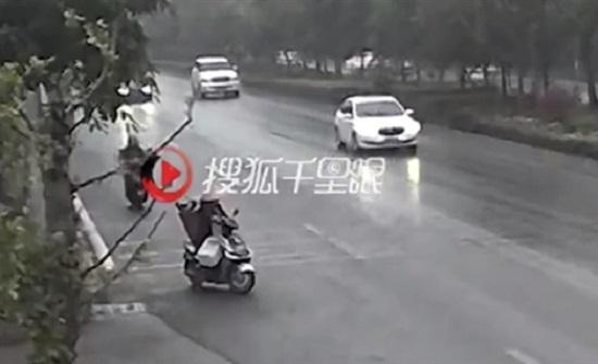 مرافقة غريبة في حادث تصادم بين 3 دراجات  (فيديو)