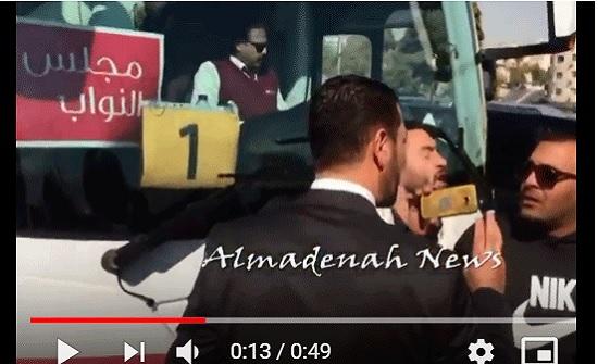 بالفيديو : موعظة عاجلة من النائب القضاة لاحد المعتصمين امام المجلس