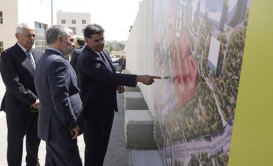 الملك يزور مجمع الملك الحسين للأعمال ويطلع على سير العمل في مشروع توسعته