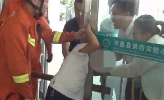 لحظة تحرير رأس صبي علقت بين الأبواب الزجاجية في مدرسته (فيديو)
