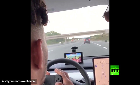 شاهد : سائق يلفت الانتباه بتركه مقود السيارة أثناء القيادة في كندا