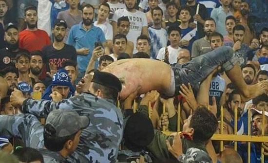 بالفيديو : وفاة مشجع أصيب بالألعاب النارية خلال مباراة