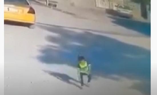 فيديو : كلاب تهاجم طفل بطريقة مروعة