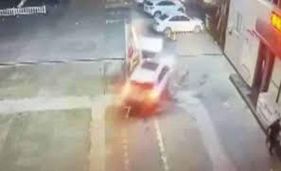 لقطات مروعة لسيدة تحطم مضخة بنزين بسيارتها (فيديو)