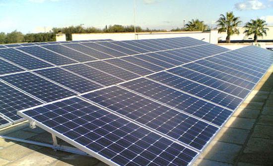 ورشة توصي بتركيب خلايا شمسية بالزرقاء لتزويد المؤسسات الحكومية بالكهرباء