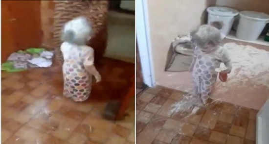 بالفيديو.. تصرف جنوني لطفلة تلهو بـ «الطحين» ورد فعل صادم لوالدتها