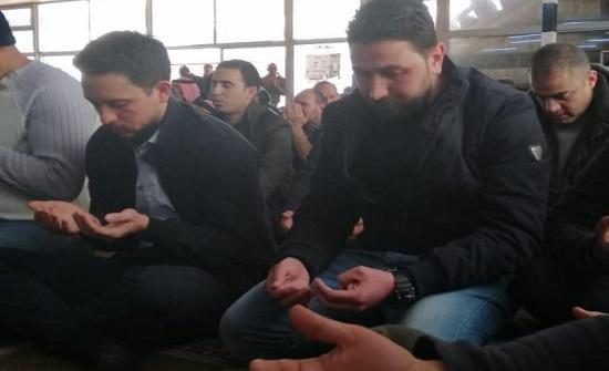 بالصور والفيديو :  الأمير حسين يصلي الجمعة في مسجد أبو درويش