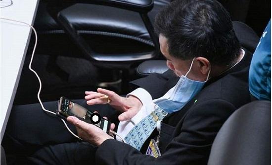 فضيحة.. نائب تايلاندي بشاهد الصور المخلة أثناء حضوره جلسات البرلمان