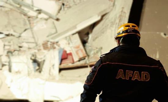 بالفيديو : إنقاذ ناج من تحت أنقاض زلزال إزمير بعد 26 ساعة و مشاهد للمدينة بعد الزلزال