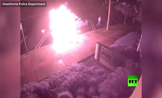 أمريكا :  شاب يضرم النيران بسيارة شرطة قرب المركز الأمني - فيديو
