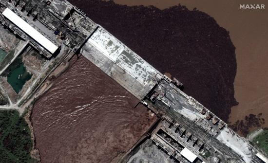 هل بدأت إثيوبيا فعلاً في ملء سد النهضة؟ صور أقمار اصطناعية تكشف تجمعاً للمياه في الخزان