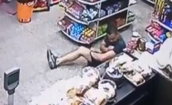 فيديو : إصابة ضابط شرطة في البرازيل بـ3 طلقات نارية داخل سوبر ماركت