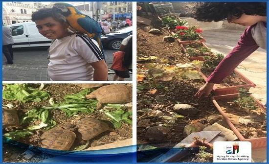 الأردن : أطفال يعتنون ببغاوات وسلاحف نادرة