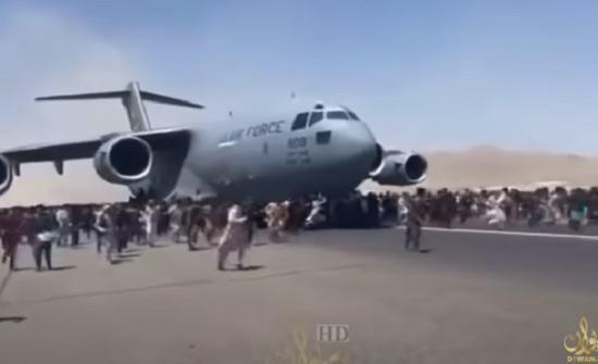 فيديو : الأفغان يتساقطون في الهواء بعد تشبثهم بطائرة عسكرية أميركية هرباً من طالبان