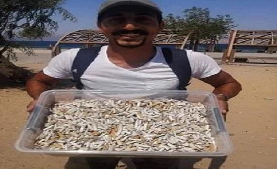 شاب يجمع 10 آلاف عقب سيجارة في العقبة