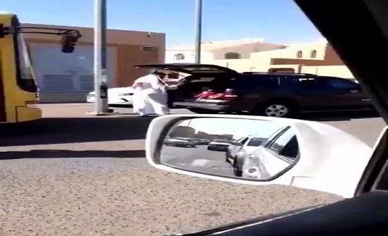مسلسل تعنيف الأطفال .. أب يضرب بناته في مؤخرة السيارة في السعودية